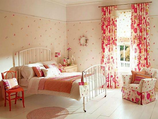 Комбинирование спокойной и пестрой отделки для оформления красивой спальни
