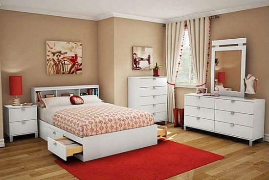 Кремовая спальня с акцентными красными деталями декора для девочки подростка