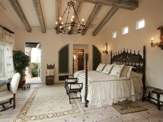 Стилизованная под старину люстра в интерьере спальни