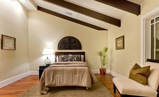 Отделка потолка спальни вагонкой с декоративными балками