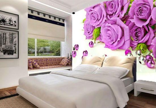 Красивые фотообои с яркими цветами в приглушенном интерьере спальни
