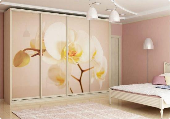 Шкаф с крупным рисунком на фасаде в оформлении интерьера розовой спальни