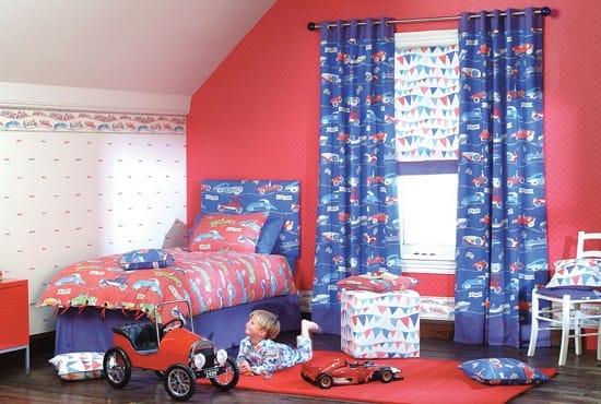 Ярко-синие с изображениями машинок шторы в спальне мальчика