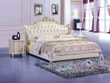 Красивая кровать с деревянными вензелями в спальне