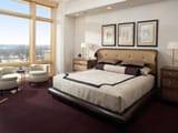 Удачная планировка спальни с большими панорамными окнами