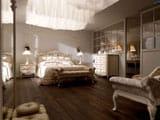 Натуральный паркет в дизайне классической спальни