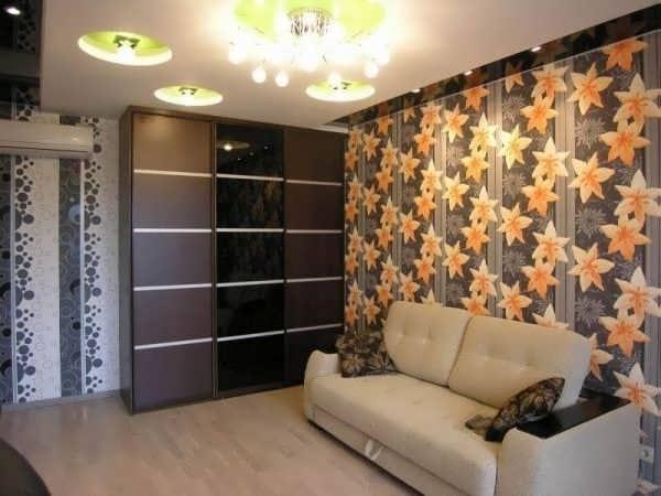 Узкий гардероб и раскладной диван для меблировки гостиной спальни в хрущевке