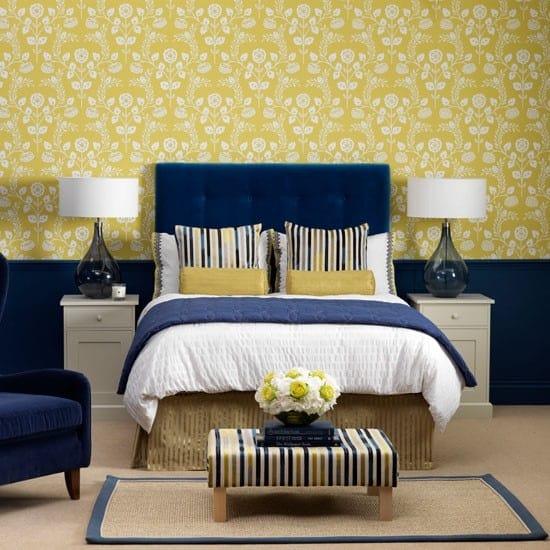 Беспроигрышный вариант сочетания синего и желтого цвета в оформлении спальни