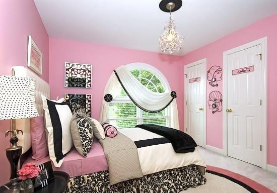 Подростковая спальня с отделкой стен ярким розовым цветом