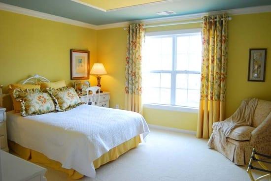 Цветочный текстиль в оформлении желтой спальни стиля кантри