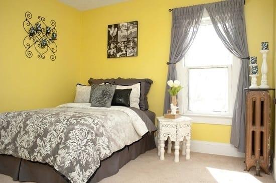 Удачное сочетание желтого и серого цвета в интерьере классической спальни