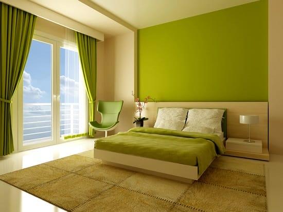 Минималистическая спальня в зеленых и бежевых тонах