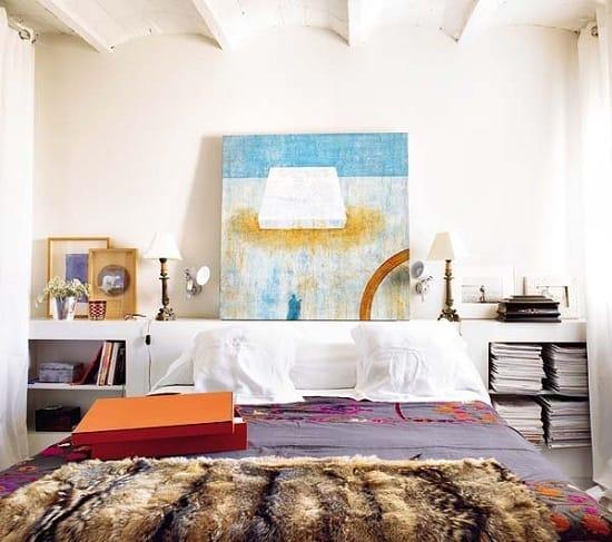 Установка кровати изголовьем к короткой стене в узкой спальне