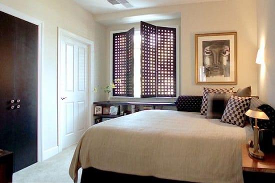 Украшение стены малогабаритной спальни картиной в простом багете