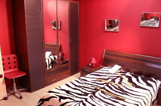 Комбинирование красного и вишневого оттенков в создании дизайна спальни