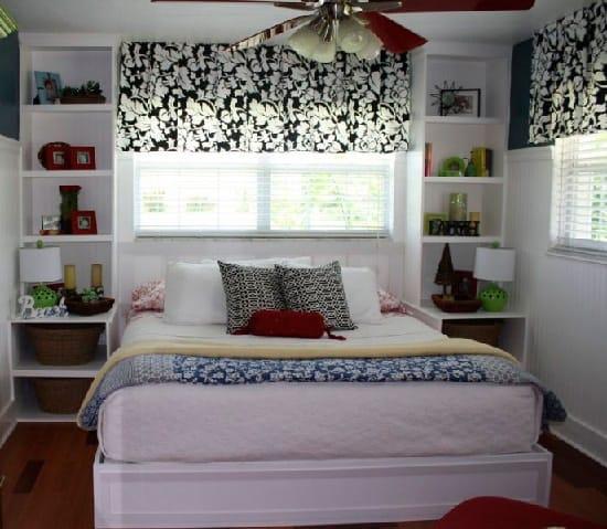 Двухспальная кровать с низким изголовьем в узкой спальне