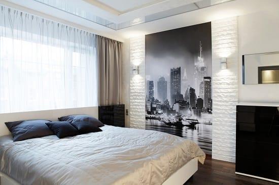 Маленькие фотообои с изображением города в монохромной спальне