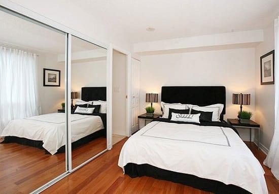 Малогабаритная спальня минималистического стиля с зеркальным шкафом купе