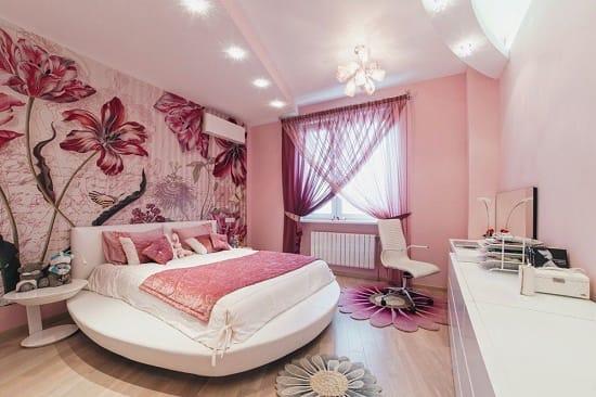 Розовая спальня с цветочными фотообоями на всю стену