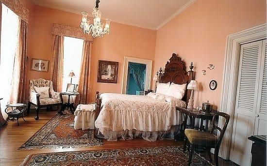 Оформление просторной светлой спальни в нежных персиковых тонах
