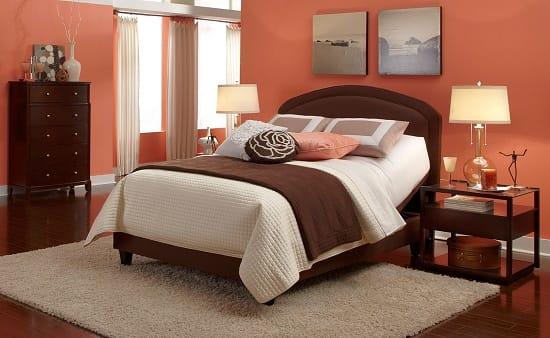 Комбинирование персикового и коричневого цвета в создании интерьера английской спальни