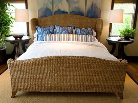 Установка в малогабаритной спальне плетеной кровати из легкого ротанга