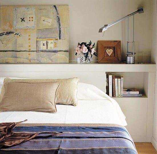 Использование полок в изголовье кровати в качестве тумбочек