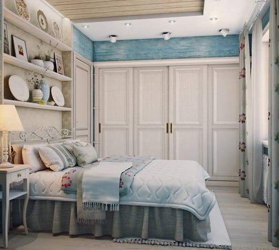 Декоративные тарелки и картины на полках в интерьере спальни прованс