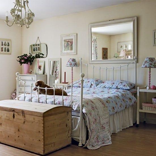 Спальня в стиле прованс кантри с паркетным напольным покрытием