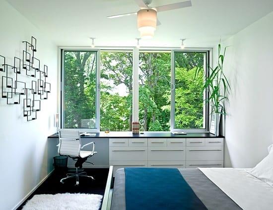 Размещение рабочей зоны у окна в узкой спальне