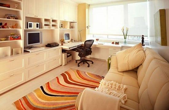 Встроенный в мебельную стенку рабочий стол в небольшой спальне хрущевки
