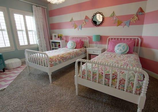 Спокойный дизайн детской спальни в серо-розовых тонах оформления