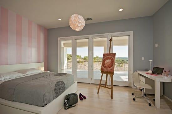 Спокойные серо-розовые оттенки в интерьере просторной спальни