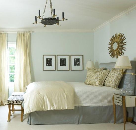 Сочетание бежевого и голубого цвета в оформлении интерьера спальни