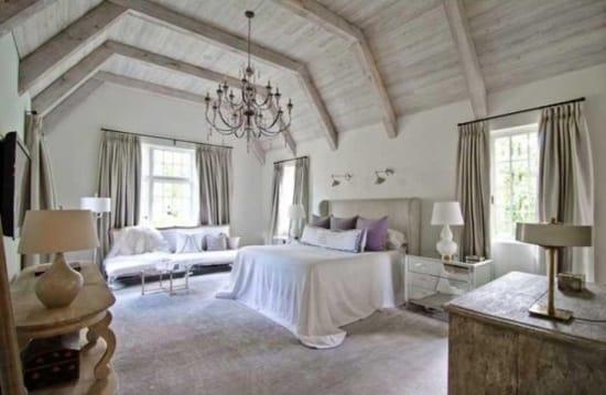 Дизайн спальни в стиле прованс с отделкой стен штукатуркой