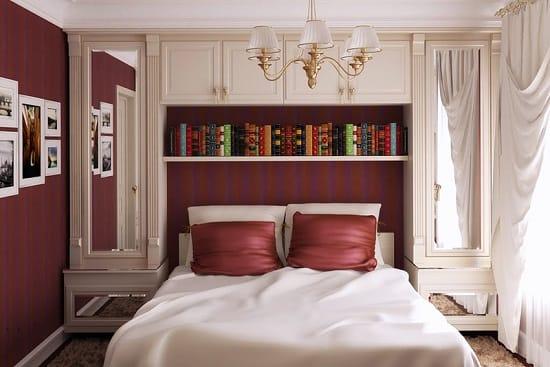 Оборудование стеллажа для книг над кроватью в малогабаритной спальне