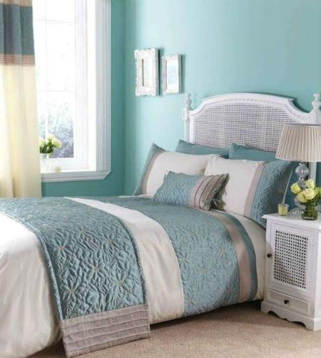 Комбинирование голубого и белого цвета в создании интерьера спальни