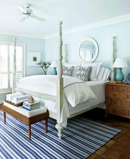 Плетеная и искусственно состаренная коричневая мебель в интерьере голубой спальни