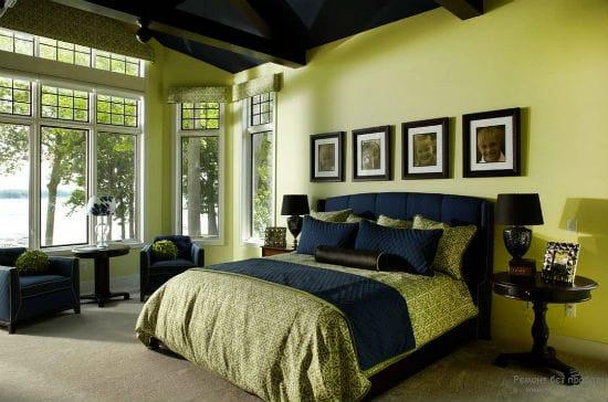 Темно-синя спальня с контрастной отделкой стен лимонного оттенка