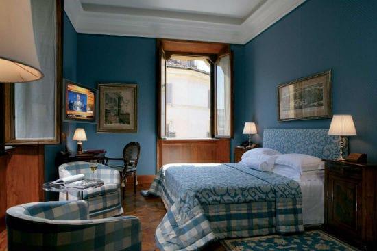 Голубая спальня с классическими элементами декора