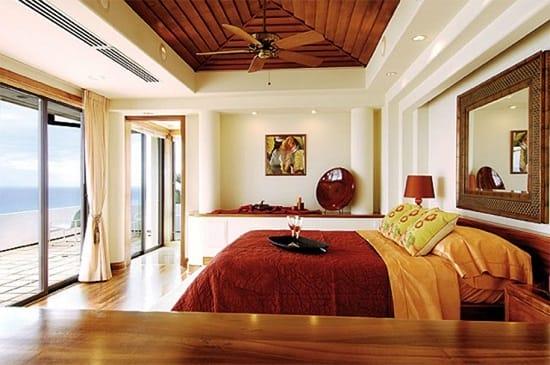 Белый цвет в сочетании с коричневыми оттенками в интерьере спальни по фэн шуй