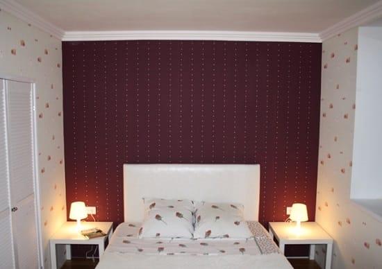 Оформление бордовыми обоями стены у изголовья кровати в спальне хрущевки