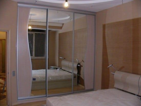 Шкаф купе с зеркальным фасадом для спальни в хрущевке