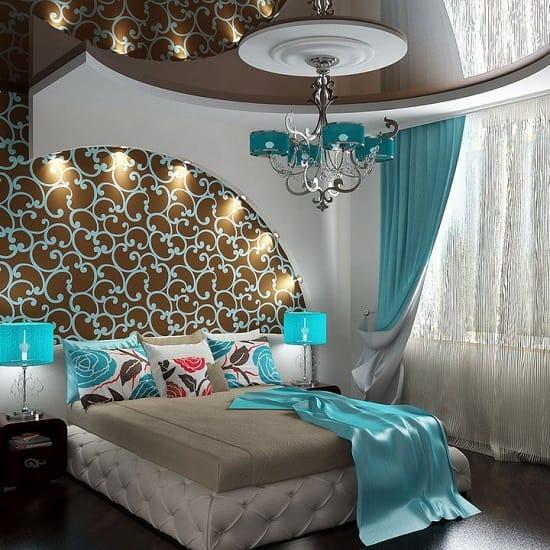 Комбинирование шоколадного и бирюзового цвета в дизайне небольшой спальни