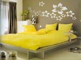 Комбинирование желтого и кофейного оттенков в интерьере спальни