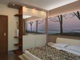 Установка в спальне хрущевки зеркального шкафа с полками для мелочей