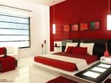 Сочетание белого и черного цвета в оформлении красной спальни