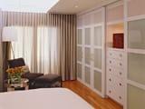 Вместительный встроенный шкаф купе в узкой спальне