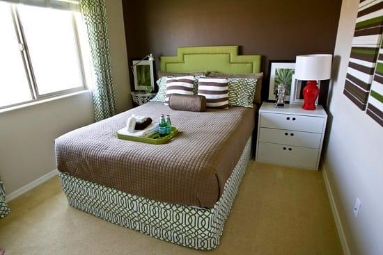 Панно с горизонтальными полосами в интерьере узкой спальни